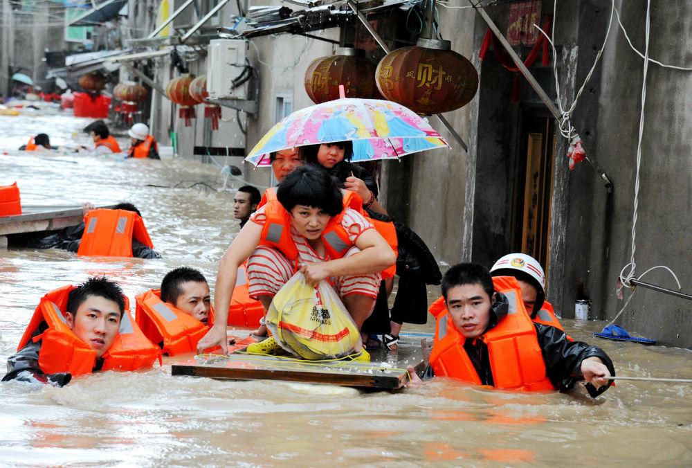 Bombeiros evacuam residentes em águas trazidas pelo tufão Megi em Ningde, China. 28 de setembro de 2016
