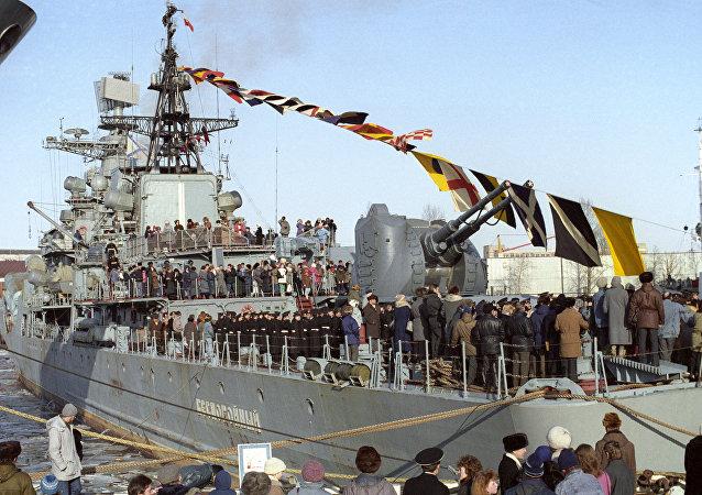 Hasteamento da bandeira a bordo do contratorpedeiro russo Bespokoiniy