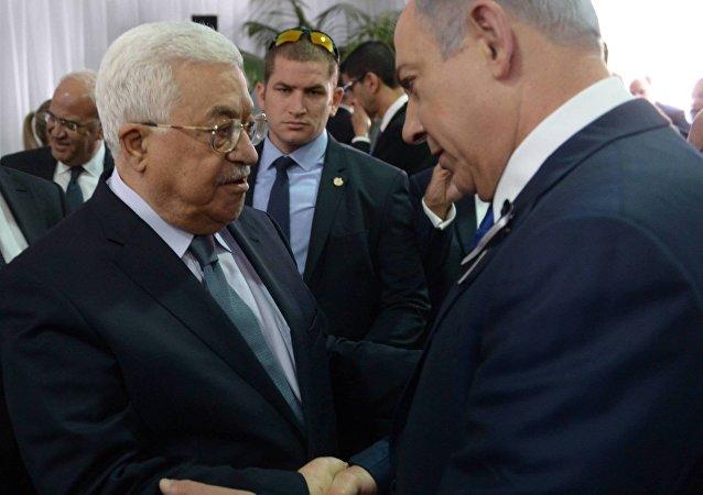 Benjamin Netanyahu e Mahmoud Abbas se encontram no funeral de Shimon Peres