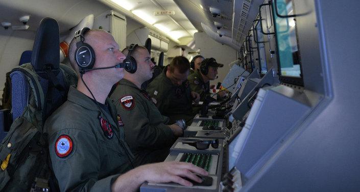 Tripulação a bordo do avião de reconhecimento P-8A Poseidon.