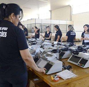 Urnas Eletrônicas sendo carregadas com dados dos candidatos