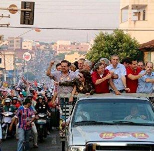 José Eliton (de azul no centro) e o candidato José Gomes da Rocha (de vermelho) na carreata