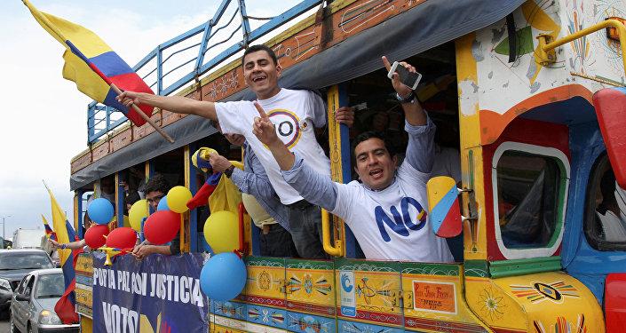 Manifestantes a favor do não no referendo sobre o acordo de paz com as FARC na Colômbia