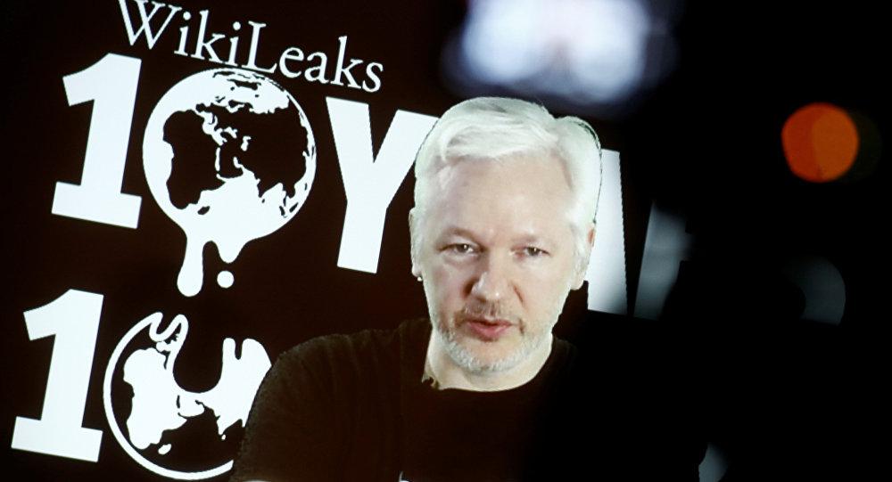 Julian Assange discursando por ocasião dos 10 anos da fundaçãodo Wikileaks, 4 de outubro de 2016