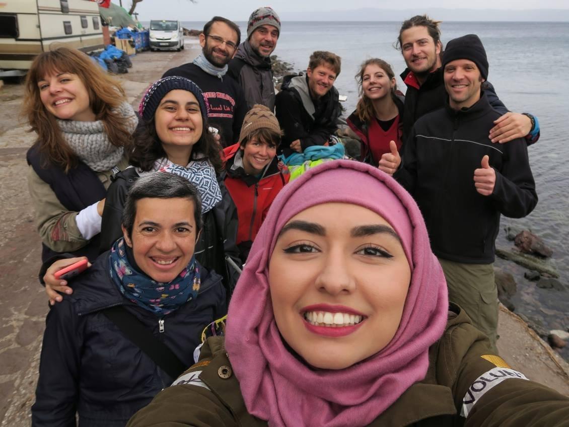 Gabriela , a mãe Kety e outros voluntários ajudando os refugiados na Grécia