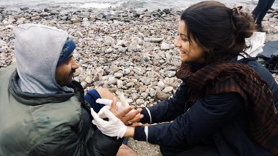 Gabriela Shapazian auxiliando um refugiado