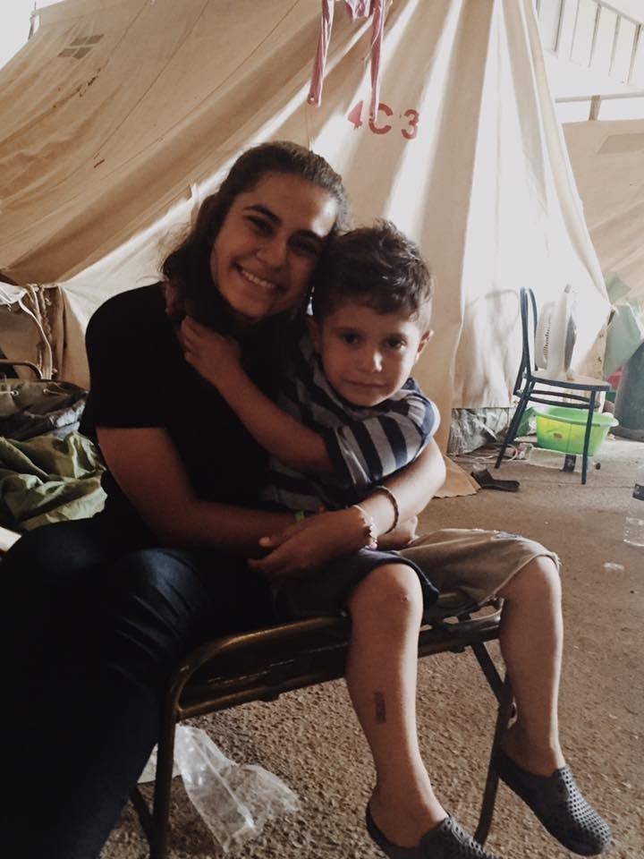 Gabriela Shapazian com uma das crianças refugiadas que cuidou na Grécia