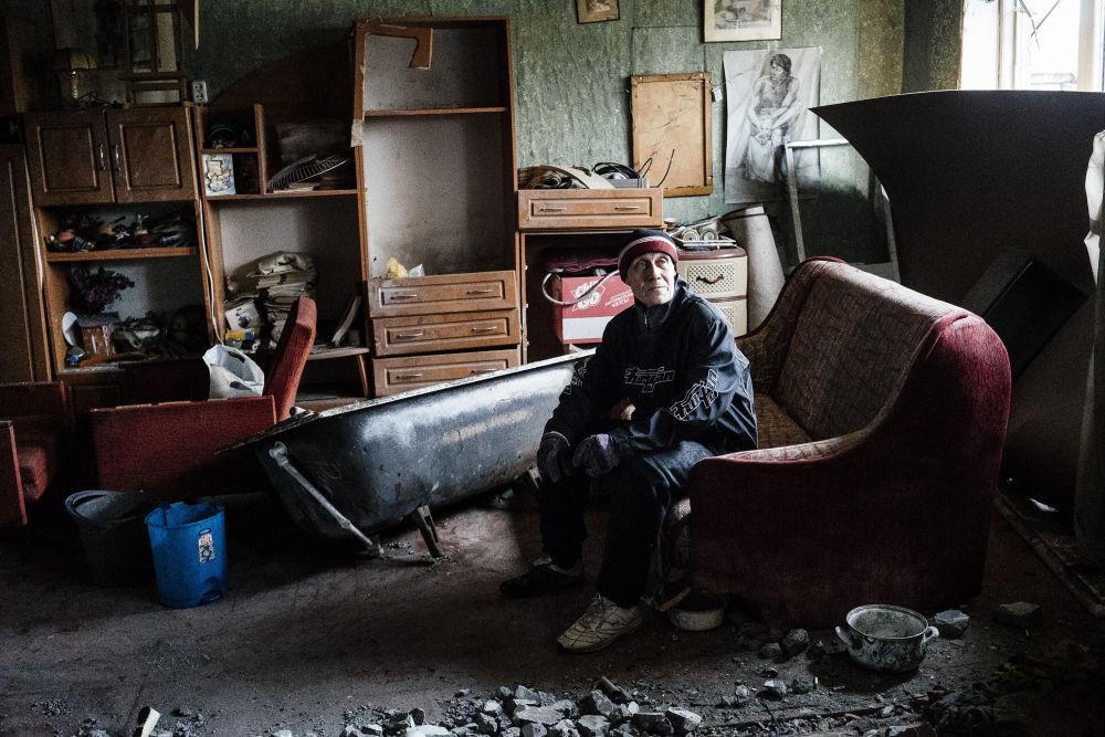Homem no seu apartamento destruído