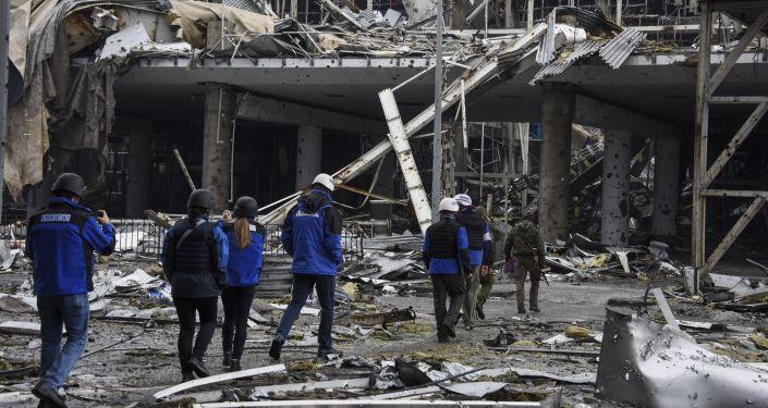 Observadores de OSCE no aeroporto de Donetsk