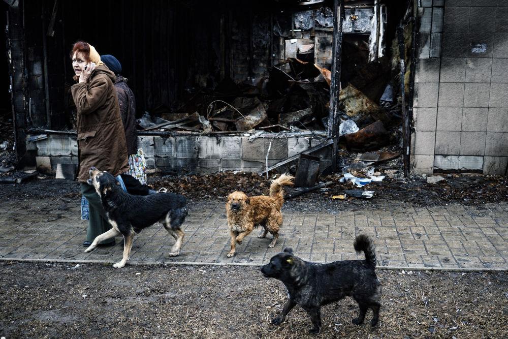 Moradores numa rua de Donetsk