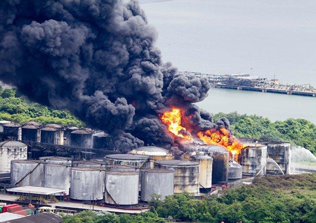 Incêndio atinge tanques de combustível da empresa Ultracargo, na área industrial da Alemoa, em Santos (SP), na manhã desta sexta-feira, 3 de março.