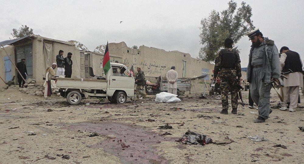 Forças de segurança inspecionam local de bombardeio na província de Khost, Afeganistão