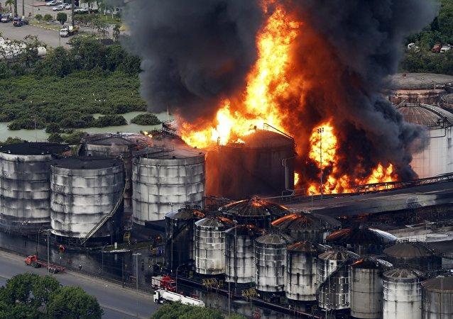 Incêndio em uma instalação de tanques de combustíveis da Ultracargo