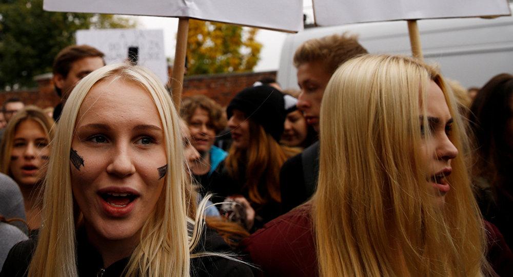 Polonesas em manifestação contra a proibição total do aborto