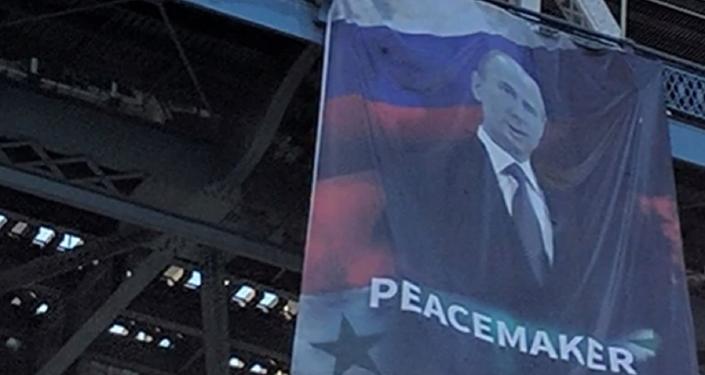 """Enorme banner louvando o presidente russo Vladimir Putin como um """"pacificador"""" aparece na ponte Manhattan, em Nova York"""