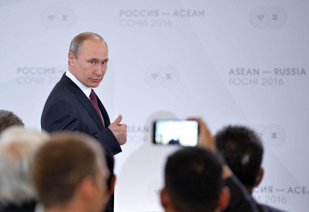 Presidente russo Vladimir Putin com representantes do Fórum de Negócios da Rússia no encontro dos chefes de delegações dos países participantes da cúpula Rússia-ASEAN em Sochi, Rússia, 2016