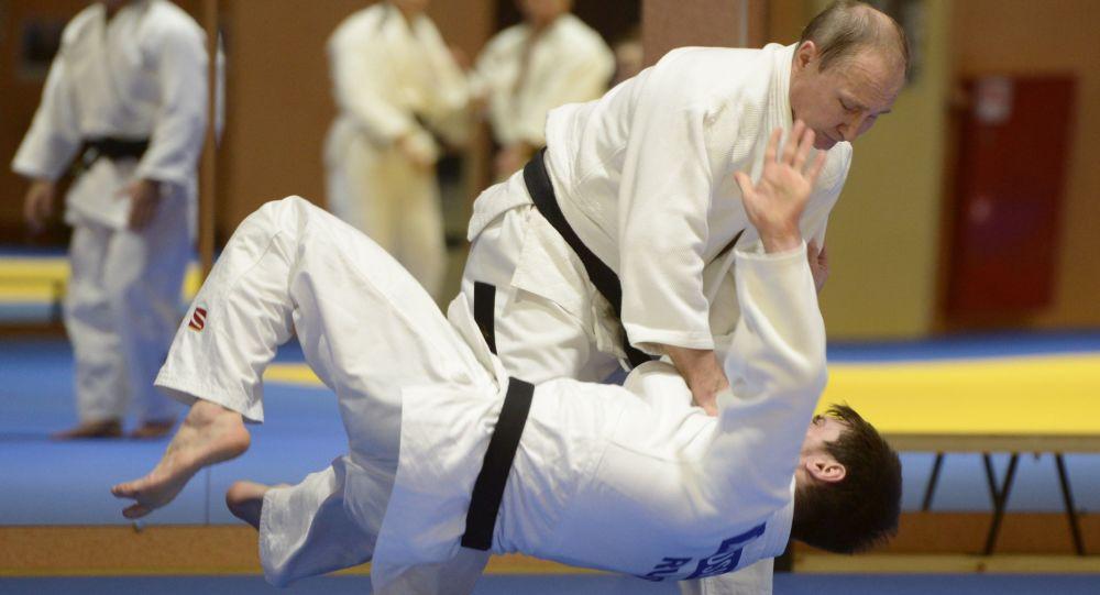 Vladimir Putin no treinamento de membros da equipe russa de judô