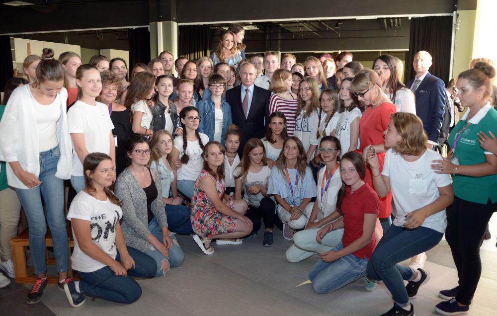 Chefe de Estado russo Vladimir Putin posa para foto durante visita ao centro de educação para crianças talentosas Sirius em Sochi, Rússia