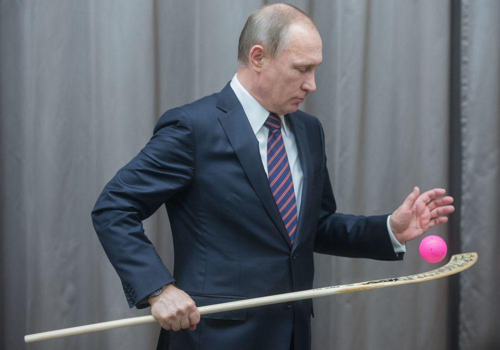 Líder russo Vladimir Putin no encontro com a equipe russa de hóquei na residência presidencial Novo-Ogaryovo, Rússia