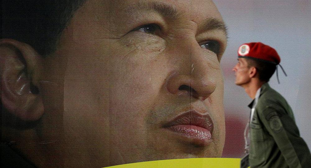 Soldado em frente do retrato do ex-presidente venezuelano Hugo Chávez