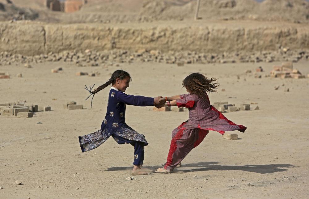 Meninas jogam nos arredores de Cabul
