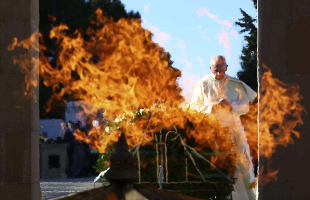 O Papa Francisco chegou ao Azerbaijão no âmbito de uma visita pastoral. O pontífice visitou um memorial dedicado aos heróis e defensores da independência e da integridade territorial do Azerbaijão