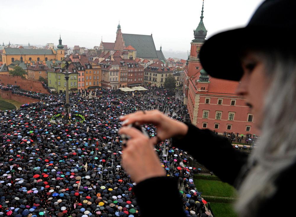 Mais de 98.000 pessoas participaram de protestos contra o endurecimento das leis contra o aborto na passada segunda-feira na Polônia