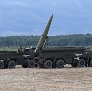 Sistema de mísseis balísticos táticos Iskander-M durante o desfile de equipamento militar no polígono de Alabino no fórum internacional militar Exército 2016