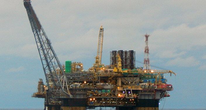 Plataforma de extração de petróleo da estatal Petrobras perto do litoral do estado de Espírito Santo, Brasil, dezembro de 2015 (foto de arquivo)
