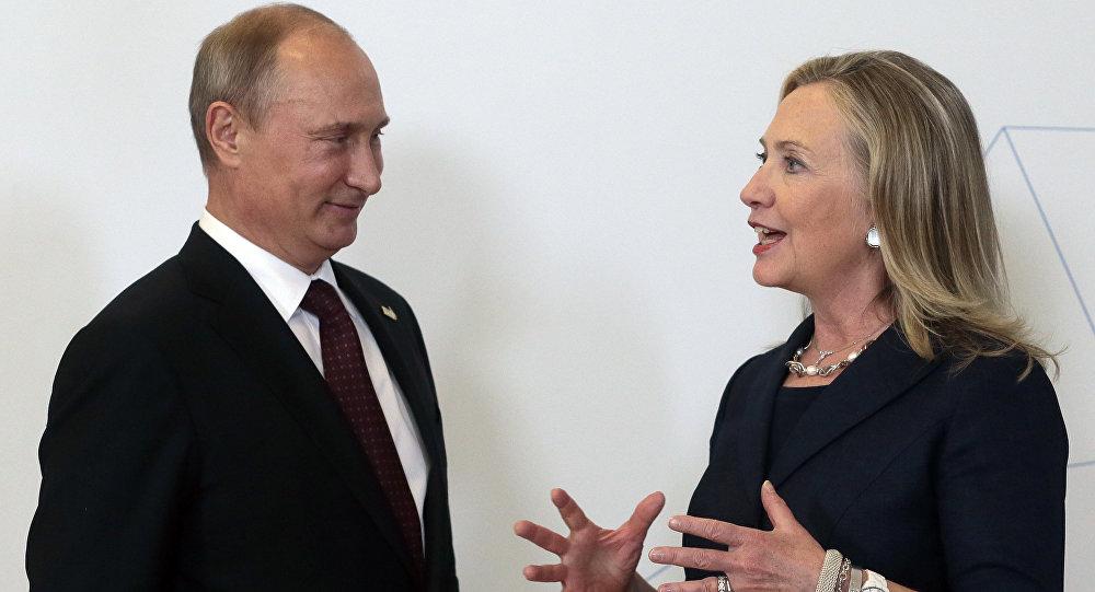 Vladimir Putin fala à então secretária de Estado norte-americano Hillary Clinton na cúpula da APEC, Vladivostok, Rússia, 2012 (foto de arquivo)