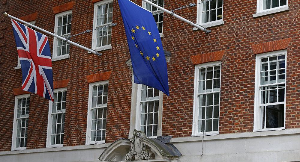 Bandeiras do Reino Unido e da União Europeia ilustram a separação do país do bloco continental (arquivo)