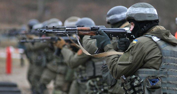 Soldados da Guarda Nacional da Ucrânia durante treinamentos
