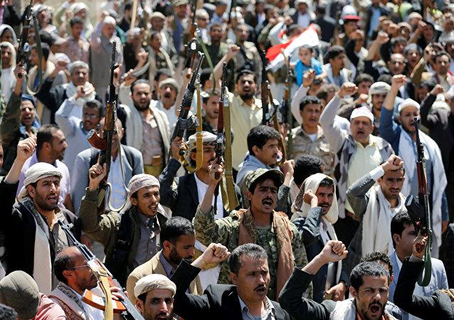 Povo armado protesta em frente aos escritórios da ONU após ataque saudita sobre funeral em Sanna, capital do Iêmen, 9 de outubro de 2016