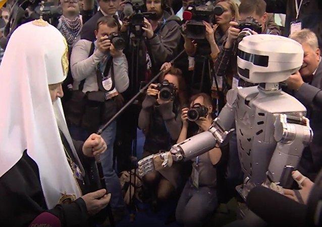Patriarca Kirill apresentado a robô russo