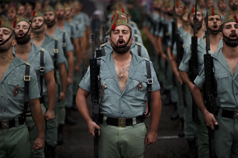 Membros da Legião Espanhola, durante o desfile militar realizado em Madrid, por ocasião da Festa Nacional da Espanha