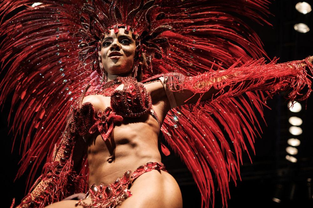 Mayara do Nascimento, durante a final do concurso para título de rei e rainha do samba no Carnaval do Rio de Janeiro de 2017