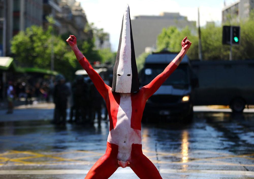 Manifestante durante a marcha de protesto contra a comemoração do Dia de Colombo. Santiago, capital do Chile