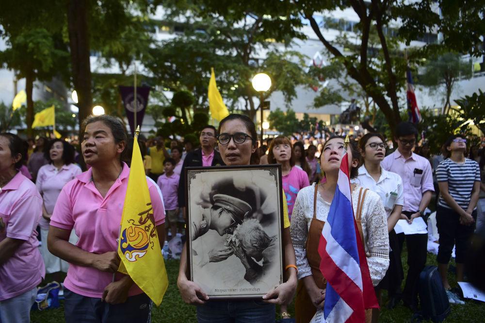 O rei da Tailândia, Bhumibol Adulyadej, faleceu no dia 13 de outubro, aos 88 anos de idade. Na foto: tailandeses seguram retrato do monarca enquanto esperam perto do hospital, em Bangkok, onde estava internado.