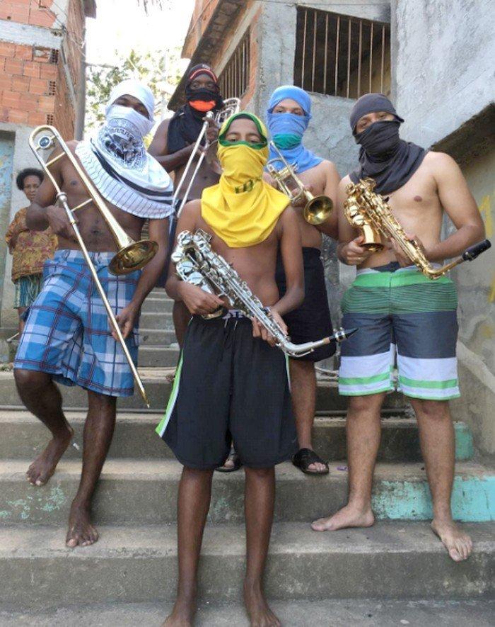 A foto de Anderson Valentim viralizou na web no Brasil e no mundo