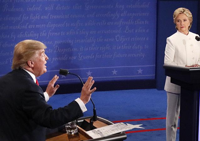 Presidenciáveis norte-americanos Donald Trump e Hillary Clinton durante o último debate no estado de Nevada, EUA, 19 de outubro de 2016