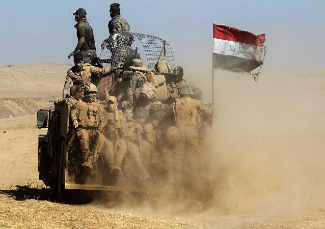 Forças iraquianas passam no deserto no âmbito de operação de libertação de Mossul, Iraque, 20 de outubro de 2016