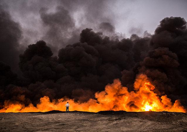 Fogo na zona de al-Qayyara perto de Mossul, Iraque, 19 de outubro de 2016