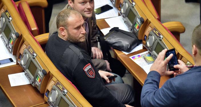 O líder do grupo extremista Setor de Direita Dmitry Yarosh (no centro) durante uma sessão da Suprema Rada ucraniana