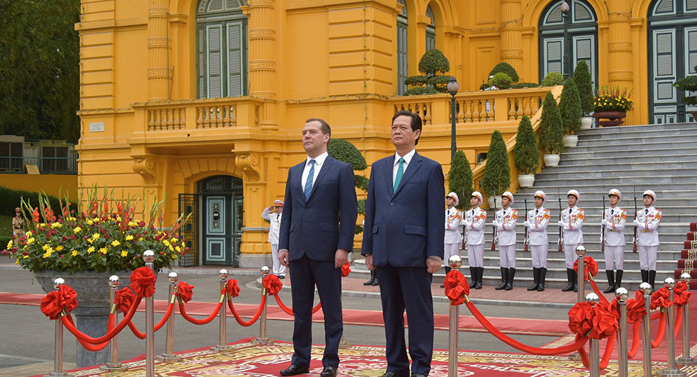 Dmitry Medvedev e Nguen Tan Dung em Hanoi em 6 de abril de 2015