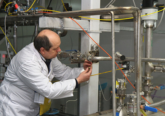Um representante da AIEA desliga uma conexão na instalação de enriquecimento de urânio a 20 % em Natanz, em janeiro de 2014