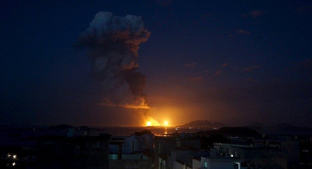Incêndio domina o horizonte após explosão de fábrica de produtos químicos em Zhangzhou, China