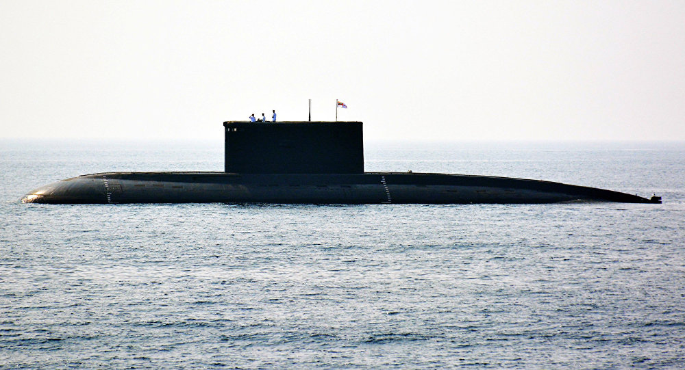 Marinheiros indianos na torre do submarino nuclear indiano no porto de Visakhapatnam, sudeste da Índia, 6 de fevereiro de 2016