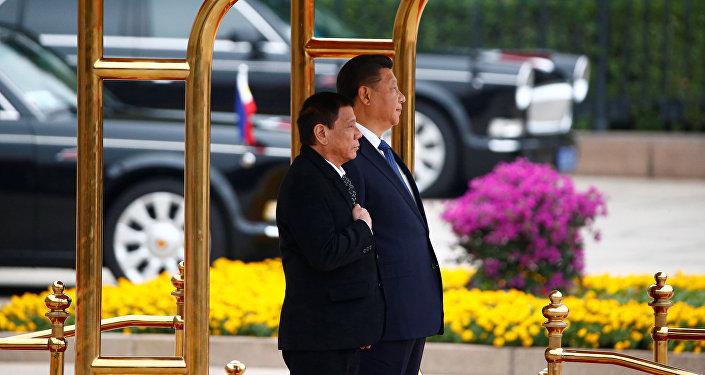 Presidente das Filipinas, Rodrigo Duterte e o presidente chinês, Xi Jinping, em 20 de outubro de 2016