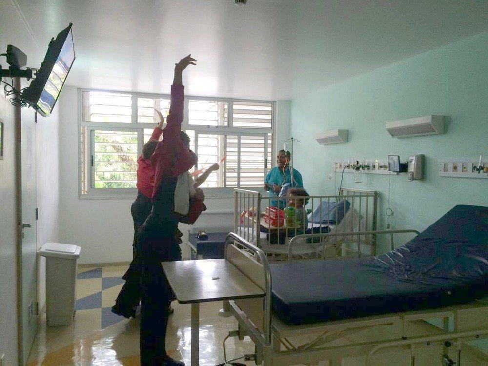 Bailarinos se apresentando na ala infantil dos hospitais
