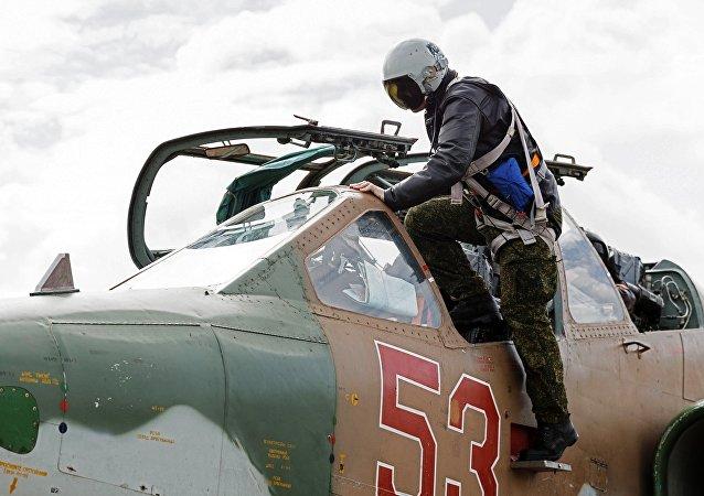 Piloto entra no caça Su-25 na base aérea Hmeymim (foto de arquivo)